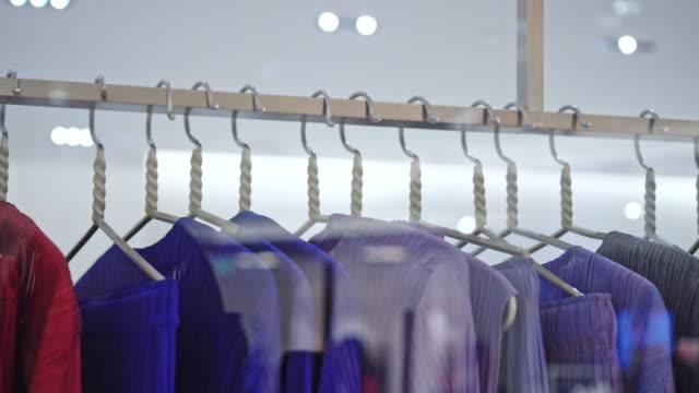 服裝店的晾衣架 - all shirts 個影片檔及 b 捲影像