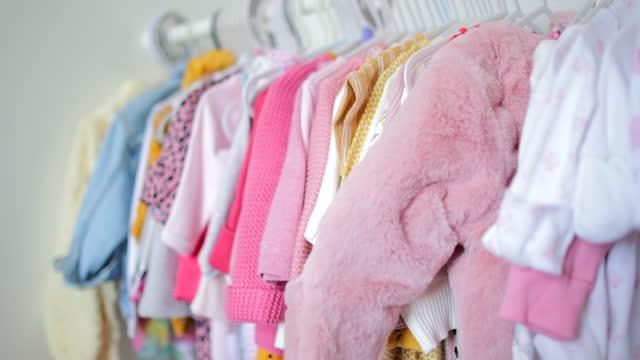 vidéos et rushes de vêtements dans le placard - vêtement de bébé