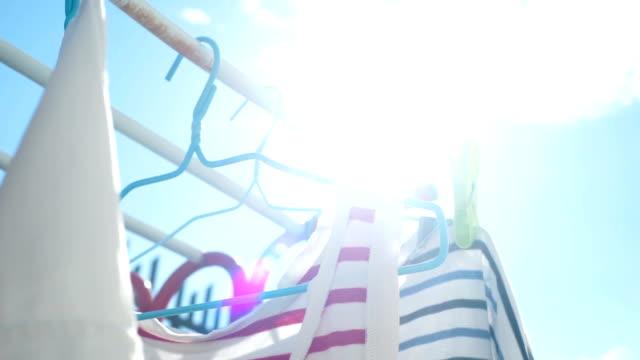 太陽の下で洗濯物に掛かっている服ランドリー。