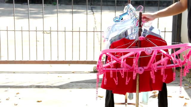 洗濯物に掛かっている服ランドリー - ハンガー点の映像素材/bロール
