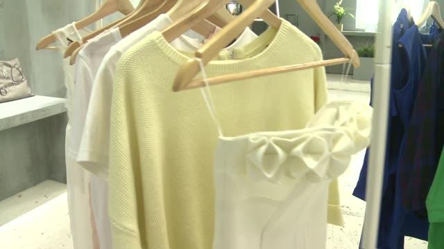 vidéos et rushes de clothes on hangers - collection