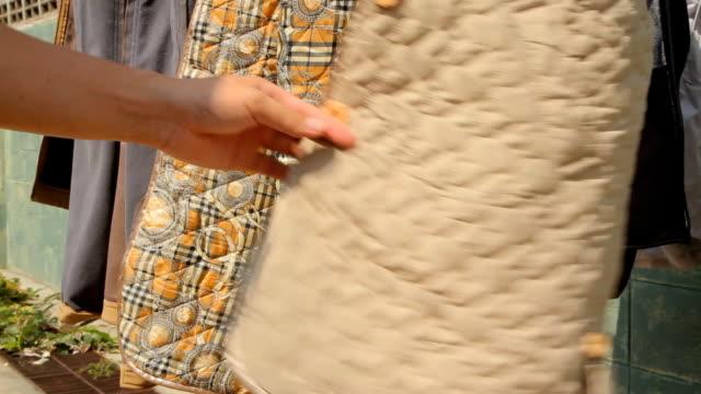 stockvideo's en b-roll-footage met clothesline - wasknijper