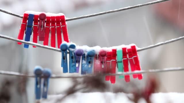 stockvideo's en b-roll-footage met wasknijper onder sneeuw op touw - wasknijper