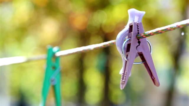 stockvideo's en b-roll-footage met wasknijpers hangen aan een waslijn. - kleine groep dingen