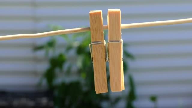 stockvideo's en b-roll-footage met clothespins - wasknijper