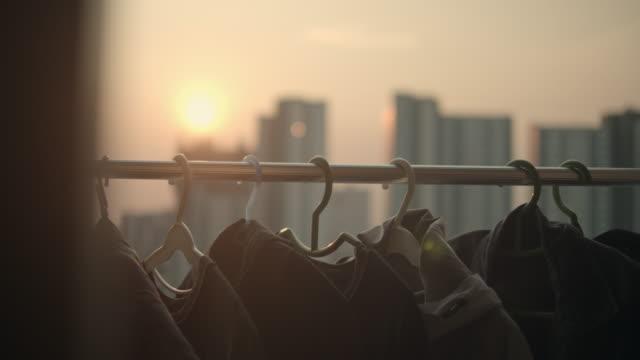 kleidung trocknet im wind bei sonnenuntergang - waschsalon stock-videos und b-roll-filmmaterial