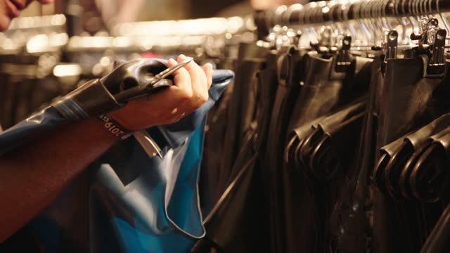 vídeos de stock, filmes e b-roll de clothing made with latex material / berlin, germany - vitrine de varejo
