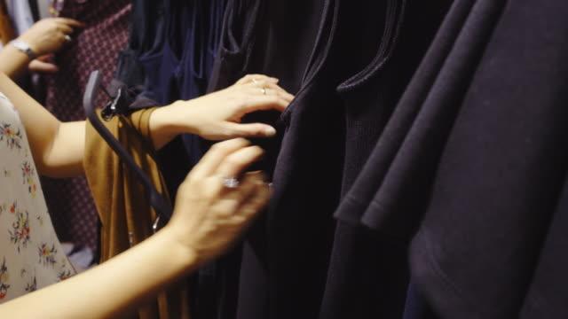 vídeos y material grabado en eventos de stock de tienda de ropa - colección de la moda