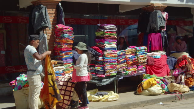 clothing stall on a sidewalk in downtown san cristobal de las casas, chiapas, mexico - 思い出点の映像素材/bロール