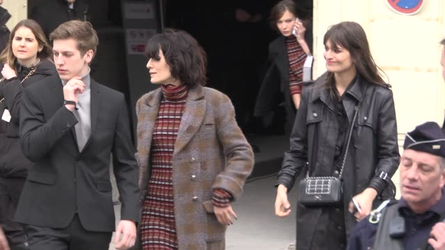 vídeos y material grabado en eventos de stock de clotilde hesme leaves the chanel fashion show during the paris fashion week womenswear fall/winter 2018/2019 on march 6, 2018 in paris, france. - vestimenta para mujer