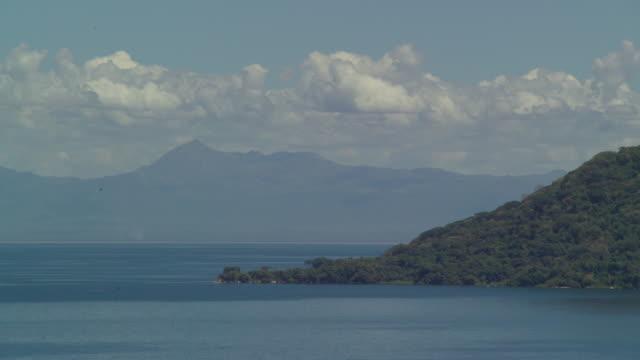 vídeos de stock e filmes b-roll de cloud billows over mountains and lake malawi, malawi - malávi