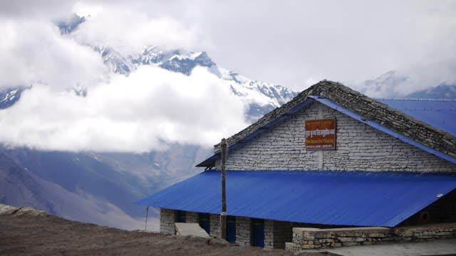 cloud blows over snowy peaks, himalayas, nepal - basläger bildbanksvideor och videomaterial från bakom kulisserna