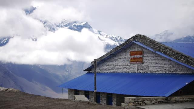 vídeos de stock e filmes b-roll de cloud blows over snowy peaks, himalayas, nepal - acampamento base