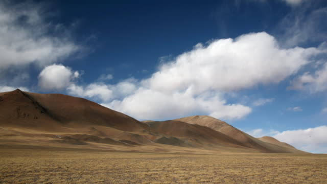 cloud drifts over barren hills and plateau, changtang, tibet, china - altopiano video stock e b–roll