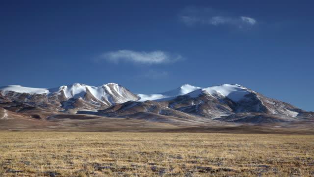 vídeos y material grabado en eventos de stock de cloud drifts over barren hills and plateau, changtang, tibet, china - estepa
