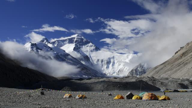 vídeos de stock, filmes e b-roll de cloud drifts over himalayas and mount everest, tibet, china - himalaias