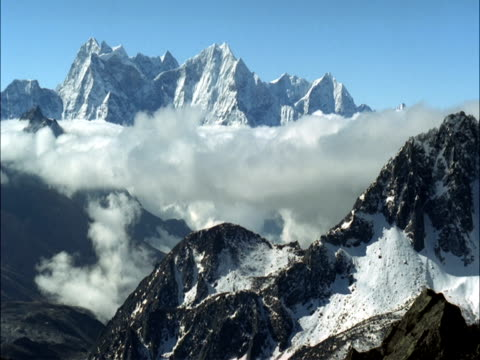 cloud flows and billows between snowy peaks, himalayas, nepal - nepal stock-videos und b-roll-filmmaterial
