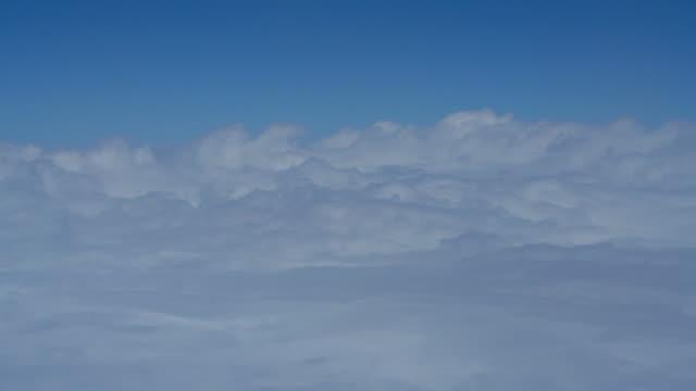 Wolke am Himmel, Blick zum Fenster im Flugzeug.