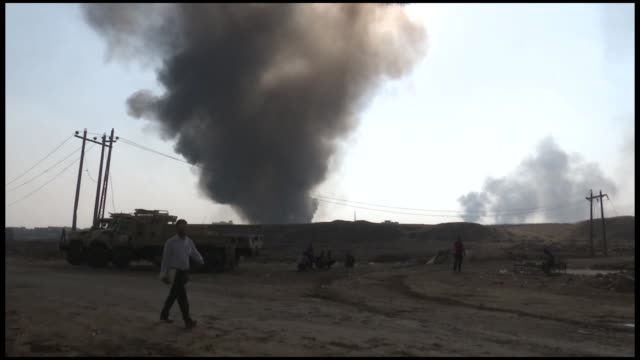 vídeos de stock, filmes e b-roll de a cloud of smoke blanketed the area where the residential areas are located mingling with black fumes from oil wells that the militants had torched... - poço de petróleo