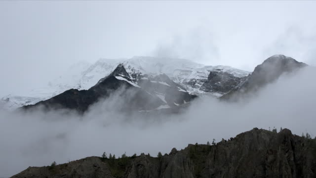 stockvideo's en b-roll-footage met t/l cloud over silhouetted annapurna 2, dawn, himalayas - annapurna range