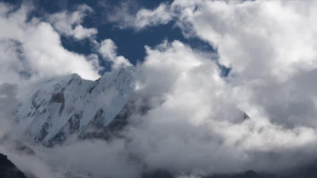 vídeos de stock, filmes e b-roll de t/l cloud over snow-capped mountain peaks, annapurna iii, himalayas - himalaias