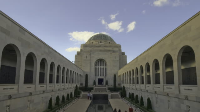 ws t/l zi tu cloud passing over australian war memorial (awm) built to honor all fallen anzac soldiers / canberra, australian capital territory, australia - 戦争記念碑点の映像素材/bロール
