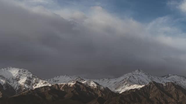 vídeos y material grabado en eventos de stock de t/l zo cloud rodando sobre la montaña snow - área silvestre