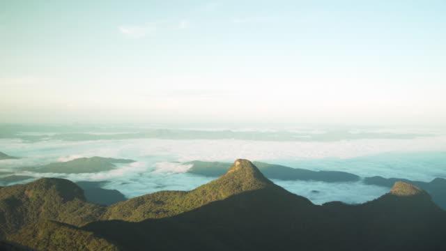 vidéos et rushes de cloud sea views from the top of adam's peak sri pada, sri lanka at sunrise. buddhist flags - culture sri lankaise