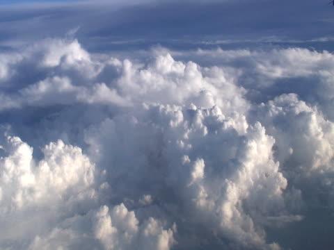 cloud: stratocumulo perlucidus dall'alto - audio available video stock e b–roll