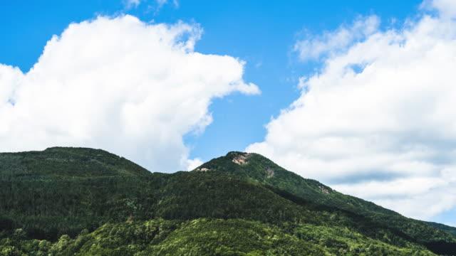 vídeos de stock e filmes b-roll de nuvem timelapse no pico da montanha - encosta