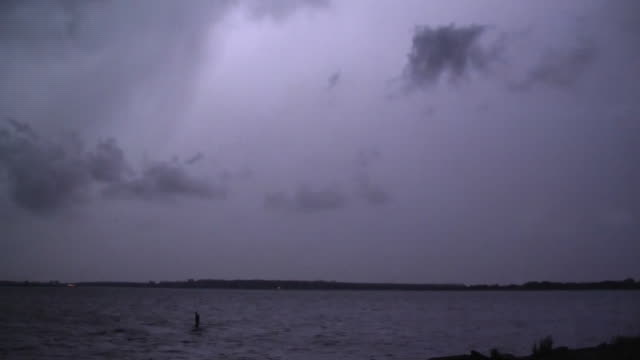 vídeos de stock, filmes e b-roll de cloud to cloud lightning, night time thunderstorm - baía