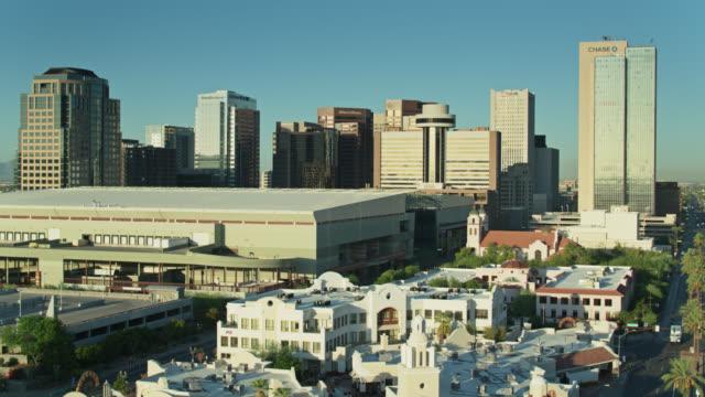 stockvideo's en b-roll-footage met wolkenloze ochtend hemel achter financial district in phoenix, az-drone shot - sunny
