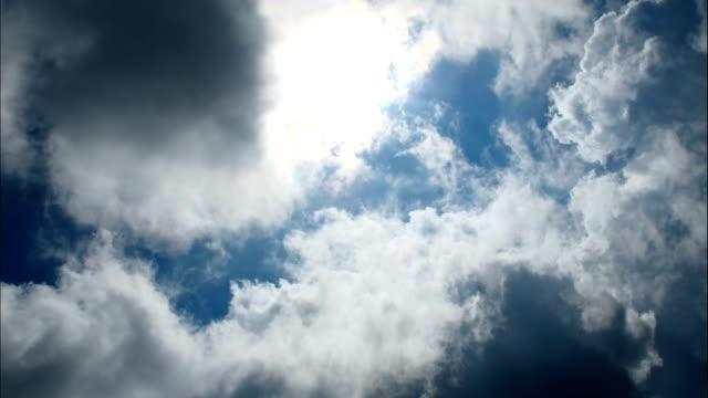 vidéos et rushes de nuages au-dessus de ciel bleu - cumulonimbus