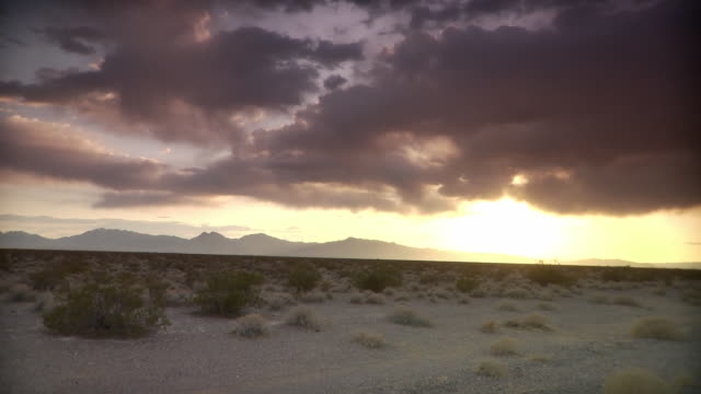 ws clouds above desert landscape at sunset / death valley national park, california, usa - 固定撮影点の映像素材/bロール