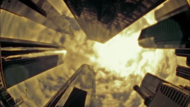 vidéos et rushes de t/l, ms, la clouds above office buildings, los angeles, california, usa - procédé croisé