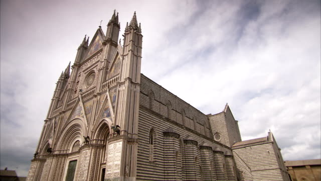 clouds above orvieto cathedral in italy. available in hd. - ウンブリア州点の映像素材/bロール