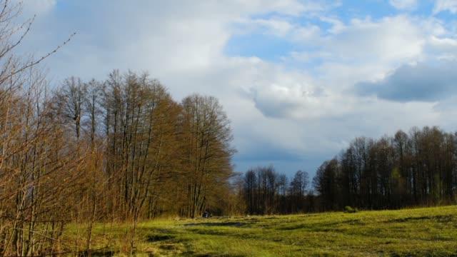 草原の上の雲 - 四月点の映像素材/bロール