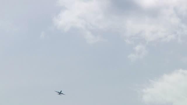 雲と飛行機 001 1080 p 24 - ローアングル点の映像素材/bロール
