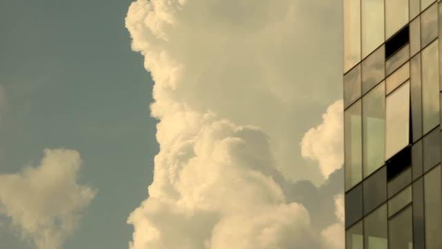 wolken und gebäude - gebäudefront stock-videos und b-roll-filmmaterial