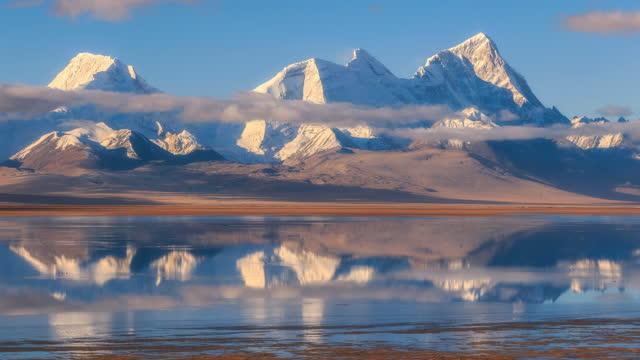 wolken und nebel umgeben zhuomurari berg, reflektieren dimimonieren, wie ein bild - extremlandschaft stock-videos und b-roll-filmmaterial