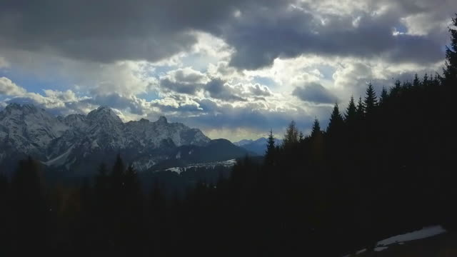 vídeos de stock, filmes e b-roll de clouds and landscape nature in the mountains during winter. - slow motion - goodsportvideo