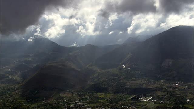 nuvole e le montagne vicino a partinico-vista aerea-sicilia, provincia di palermo, terrasini, italia - valle video stock e b–roll