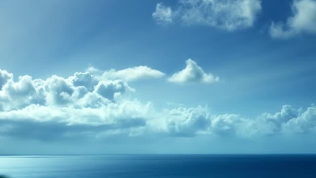 vidéos et rushes de nuages et l'océan. le temps qui passe - fond bleu