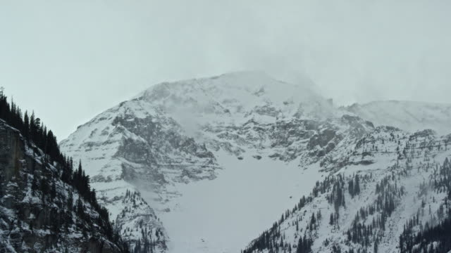 雲と曇り空の下で冬にユーレイ、コロラド州のロッキー山脈のサンファン山脈の雪に覆われたピーク - ユアレイ市点の映像素材/bロール