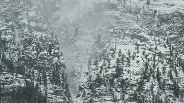 雲と冬にユーレイ、コロラド州のロッキー山脈のサンファン山脈の雪に覆われたピーク - ユアレイ市点の映像素材/bロール