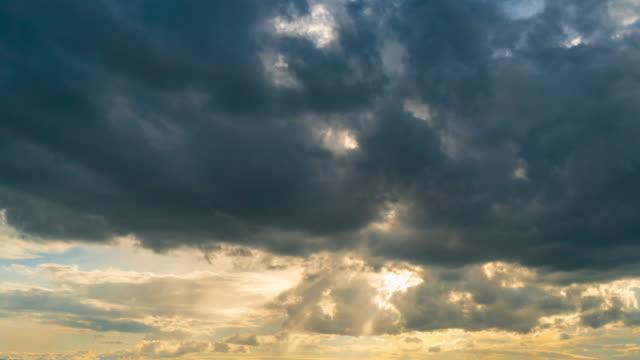 wolken und sonnenstrahlen zeitraffer - bedecken stock-videos und b-roll-filmmaterial