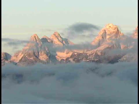cu, clouds at snow capped teton mountain peaks, grand teton national park, wyoming, usa - grand teton stock-videos und b-roll-filmmaterial
