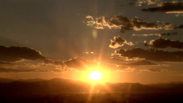 vídeos de stock, filmes e b-roll de clouds at sunset, timelapse - só céu