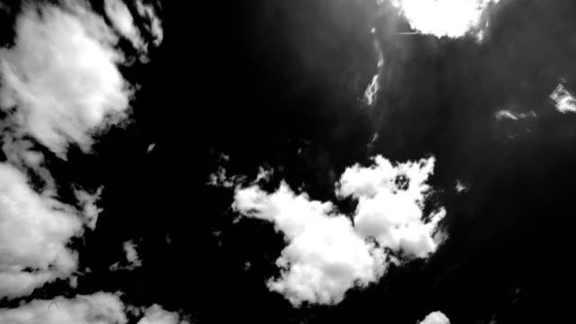 vídeos de stock, filmes e b-roll de fundo de nuvens - fundo preto