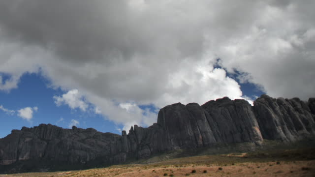 vidéos et rushes de clouds billow over rocky ridge, andringitra, madagascar - érodé